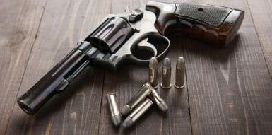 Revolver Pousado Numa Mesa